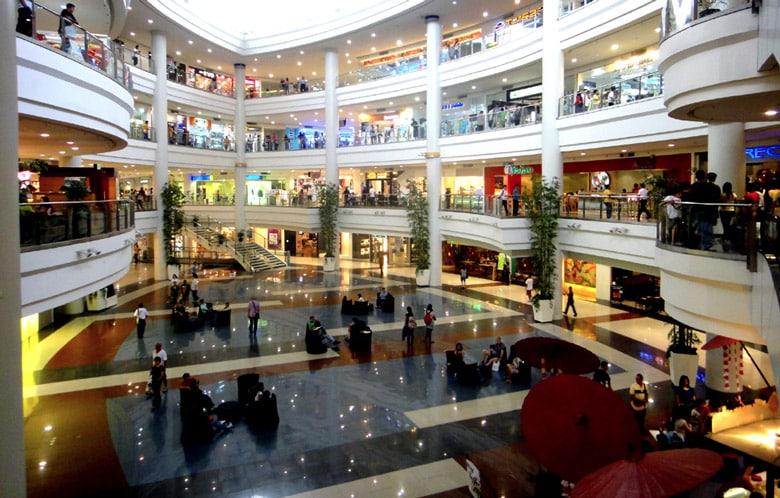 Le Centre commercial de Robinsons Place á Manille