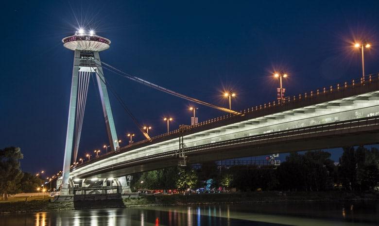 Le pont d'observation des ovnis á Bratislava