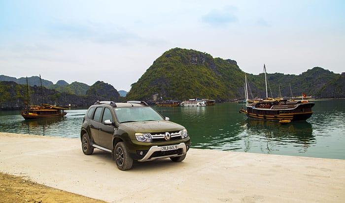 Voiture avec la baie d'Halong en arrière-plan