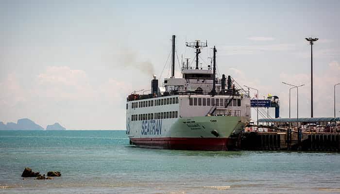 Le grand ferry Seatran arrivant à Koh Samui