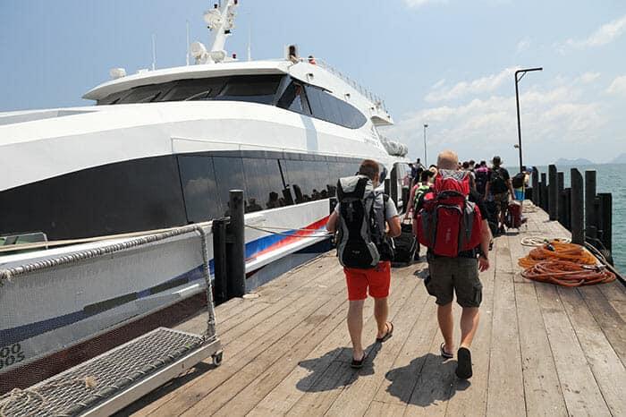 Touristes embarquant sur le ferry Lomprayah
