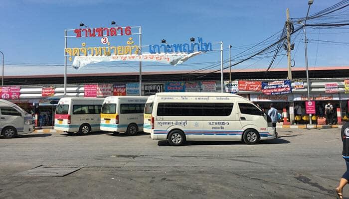 Minivans à la gare routière Mo Chit de Bangkok