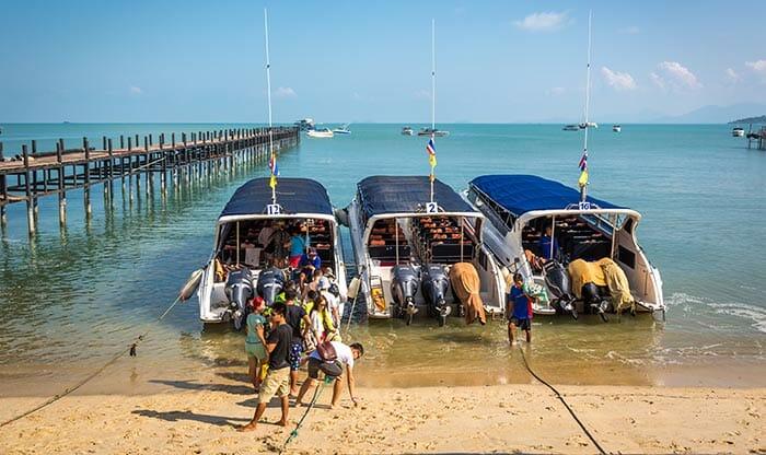 Hors-bords à Koh Samui attendant ses passagers pour aller à Koh Tao