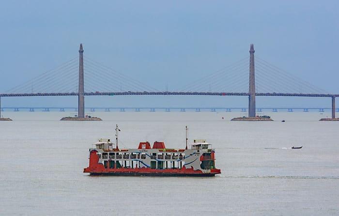 Vous pourrez prendre le ferry, ou le bus via un pont pour voyager entre Penang et Butterworth