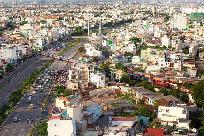 Un train traversant Ho Chi Minh