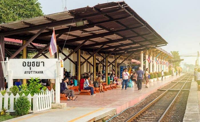 En train de Ayutthaya à Lopburi