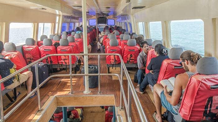 L'intérieur d'un petit ferry voyageant entre Krabi et Koh Phi Phi