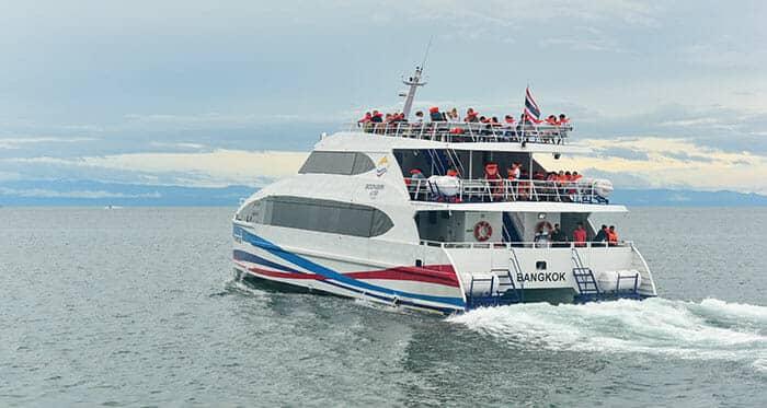 Ferry grande vitesse au quai Laem Sok, à Trat, en partance pour l'île de Koh Kood dans la province de Trat, à l'est de la Thaïlande