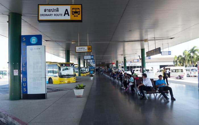 En bus ou van public de l'Aéroport de Suvarnabhumi à Bangkok